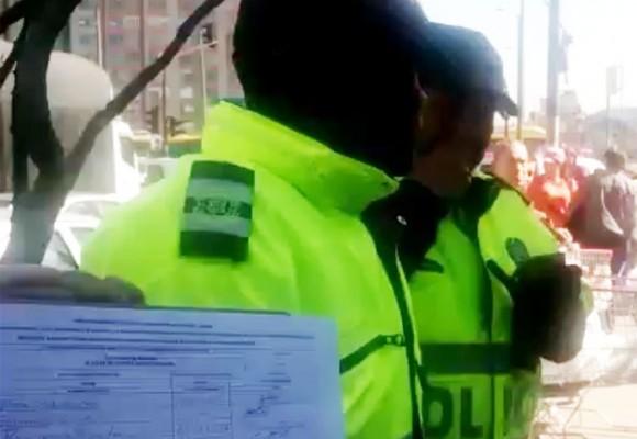 ¿Retenciones ilegales de Policía Bogotá a recolectores de firmas para revocatoria de Peñalosa?