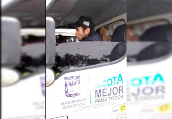 VIDEO: Conductor de grúa de Tránsito con pistola casi atropella dos policías en Bogotá
