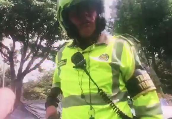 VIDEO: ¿Policía de Tránsito amenaza con pistola a un ciudadano porque lo graba?