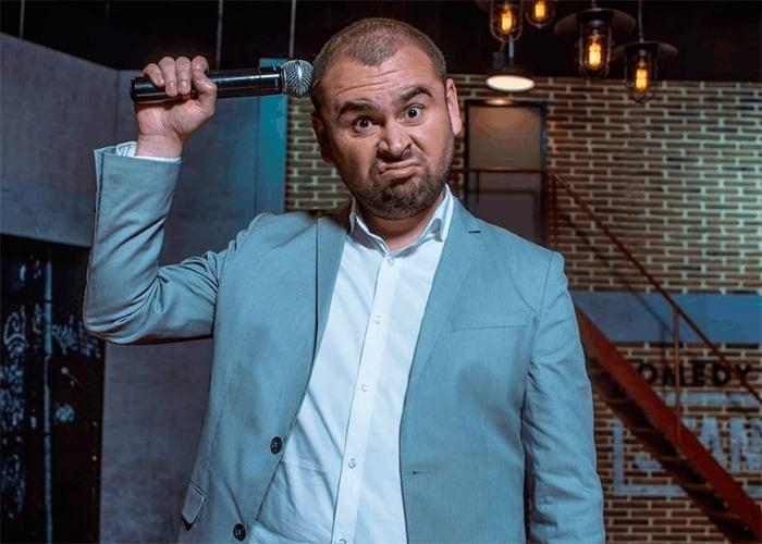 A punta de tropezones Ricardo Quevedo se volvió el comediante del momento