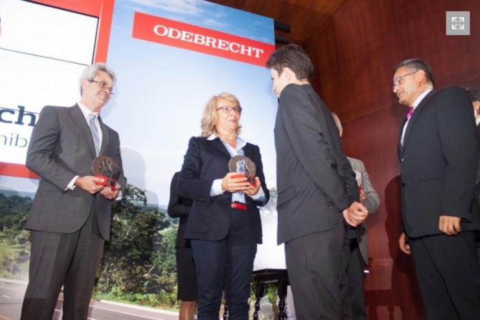 entrega-premios-odebrecht-desarrollosost-ceciliaalv-2013