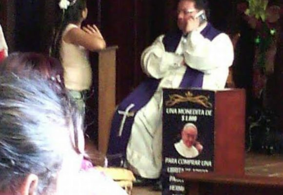 Obispo de Envigado habla por su celular mientras confiesa a sus fieles