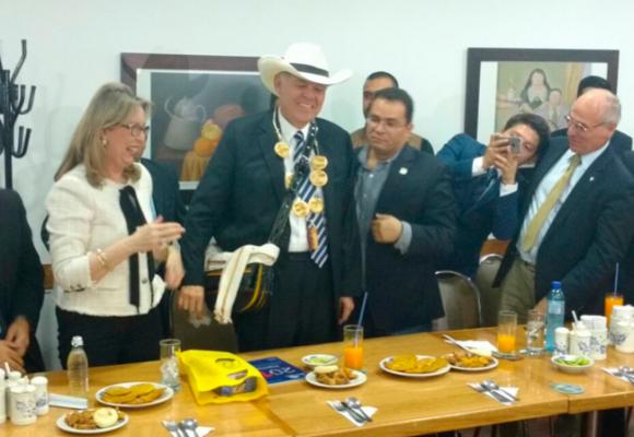 El homenaje a Ordóñez fracasó en la Asamblea pero terminó coronado con arepas y carriel en un restaurante