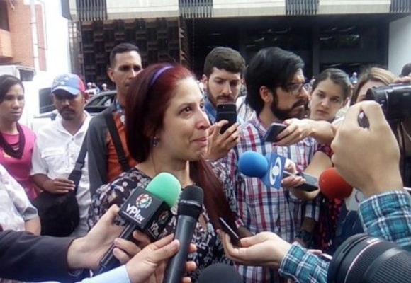 La guardia chavista agarra a patadas a periodista de La W