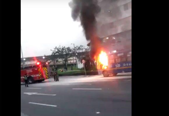 Videos: incendio de un SITP en plena Avenida 68 en Bogotá