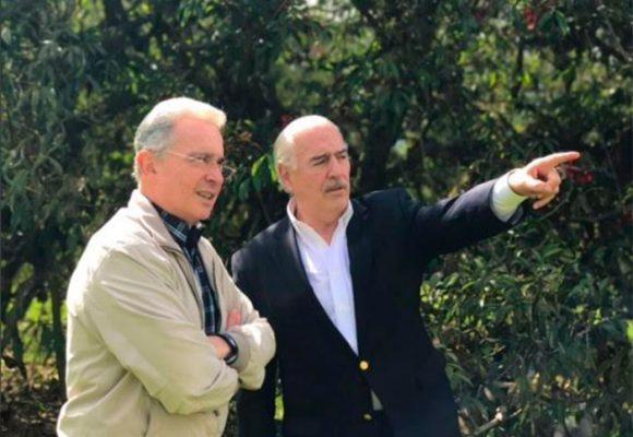 Mientras se recupera en Rionegro, Uribe hace alianzas políticas