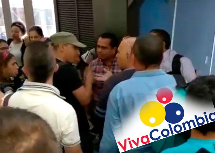 VIDEO: A puños se fueron los pasajeros de vuelo de Viva Colombia en Medellín