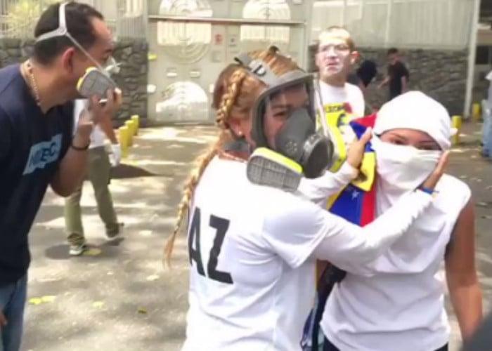 La pantallera Lilian Tintori estrena máscara y peinado en las calles de Caracas