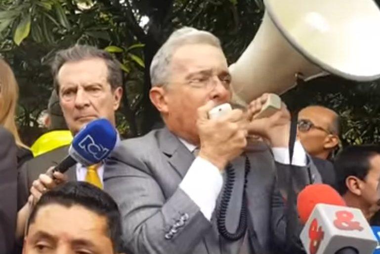 """El incendiario discurso de Uribe: """"Santos es el mejor amigo de la dictadura chavista"""""""