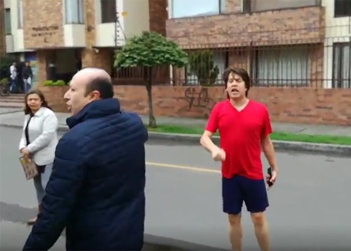 """VIDEO: """"Tengo derecho a dormir"""", el joven no católico que salió a reclamarle a un viacrucis en Bogotá"""