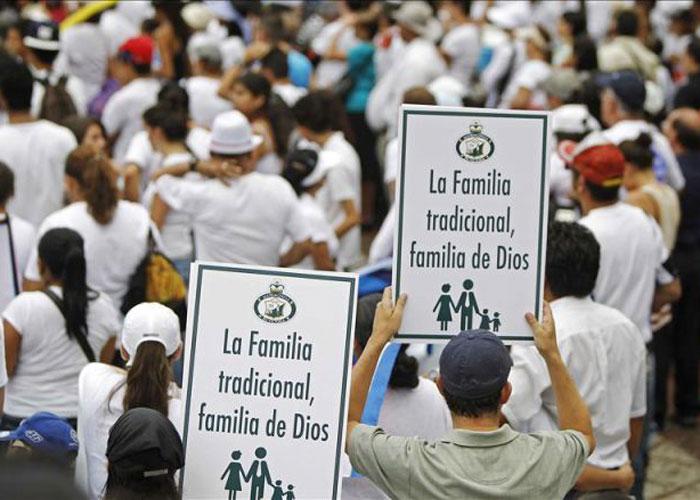 Dios nos salve de la emboscada de la religión y la política contra Colombia