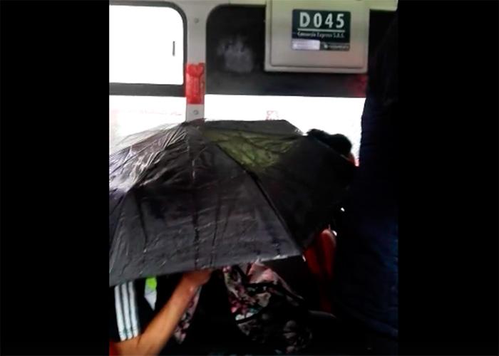 VIDEO: En los buses de Transmilenio hay que usar paraguas