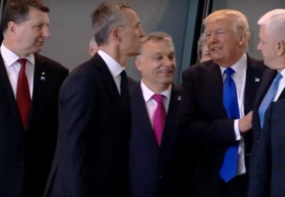 Video: Trump empuja a uno de sus asesores para aparecer de primero en la foto