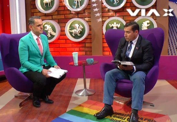 Un pastor cristiano volvió la bandera LGBTI alfombra para pisarla frente a entrevistador gay