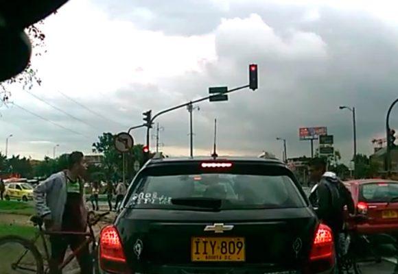 Video: La banda de ladrones en cicla que atracan carros en Bogotá