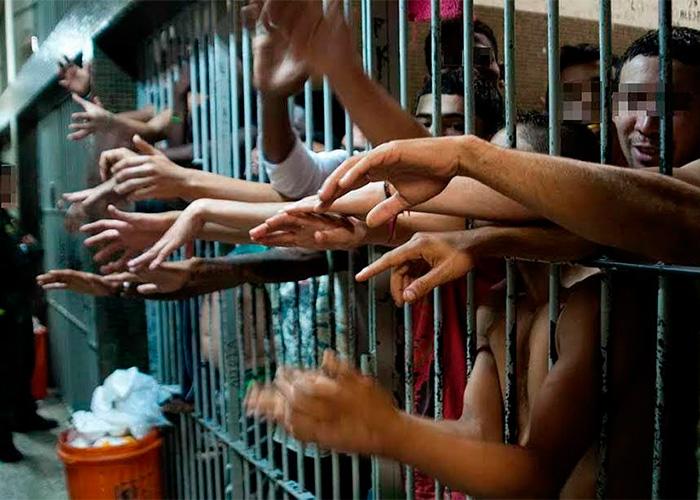 Los reclusos en Medellín duermen parados