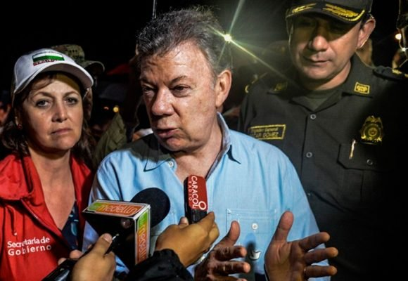 """""""El pueblo pide a Uribe"""", la abucheada a Santos en Guatapé"""