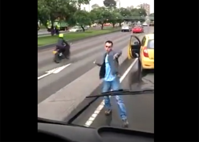 VIDEO: Vuelve y juega, taxista ataca bus del SITP