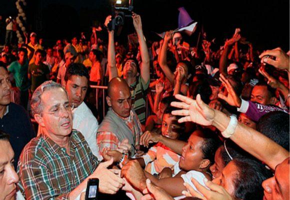 Los pobres de Colombia son estúpidos y el 'dotor' Uribe los conoce bien