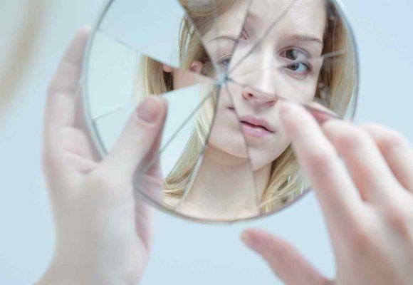 Entre la vanidad y la realidad, la mujer que buscó en el espejo