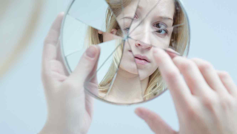 Resultado de imagen para mujer y espejo