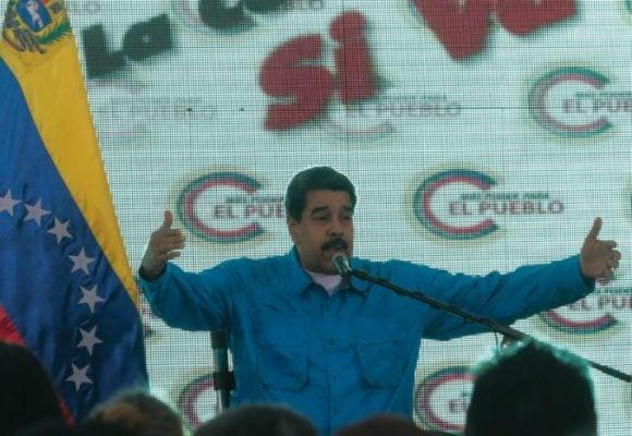 Venezuela arde mientras Maduro canta