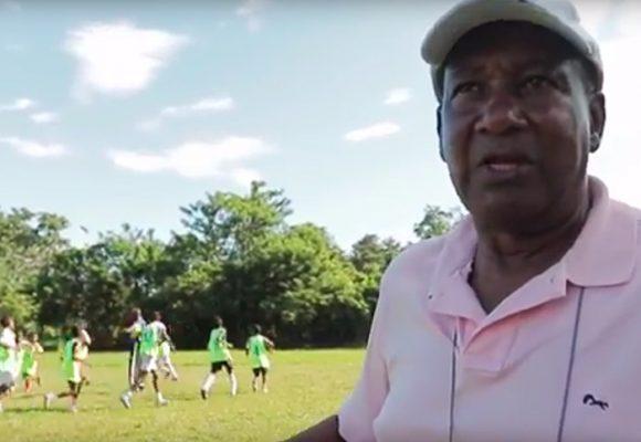 La aventura de Paché Andrade con su escuela de fútbol en Tumaco