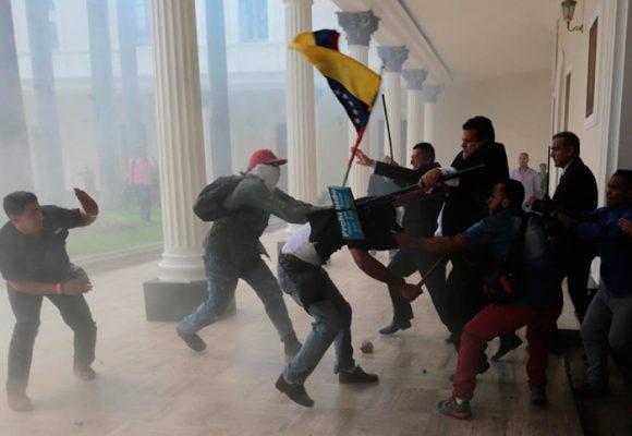 Desespero chavistas: tomarse a palo y piedra la Asamblea Nacional