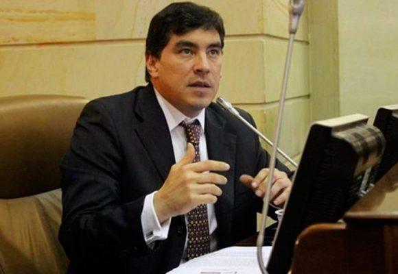 Álvaro Hernán Prada vuelve a gritarles ¡terroristas! al grupo Voces de Paz