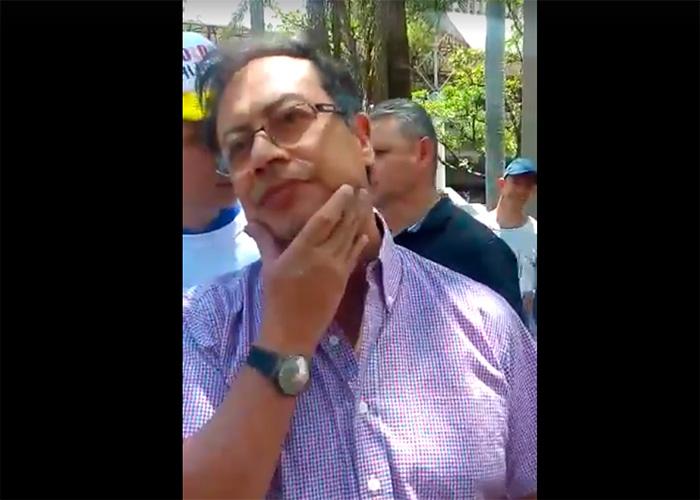 VIDEO: La insultada que le pegaron a Petro en Medellín