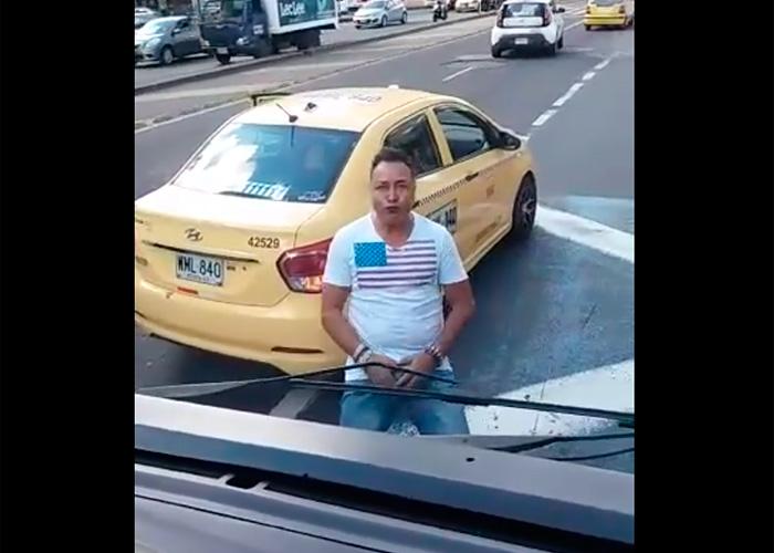 VIDEO: Taxistas rompen bus del SITP y muestran sus testículos en Bogotá