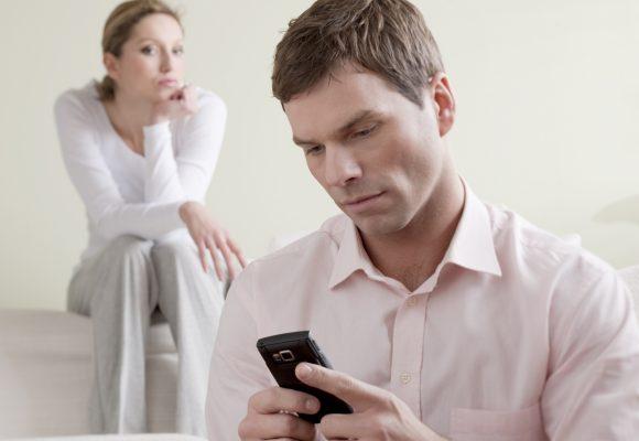 ¿Demanda por mirar celular ajeno?