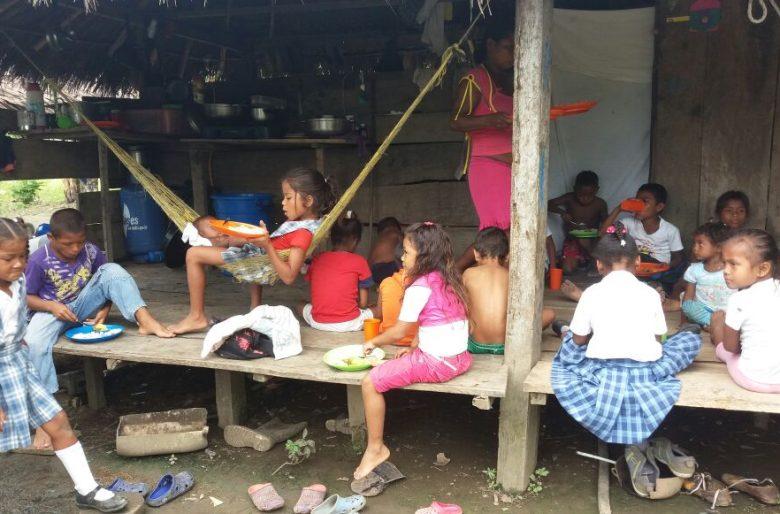 En precarias condiciones reciben los alimentos los niños del Carmen del Darién (Chocó)