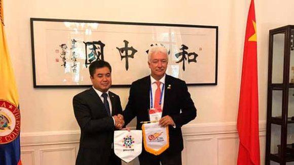 Mientras la liga de fútbol colombiana está en crisis, sus directivos están en China