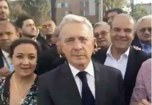 Video: Uribe en la calle, como un ciudadano más, salió a saludar al papa