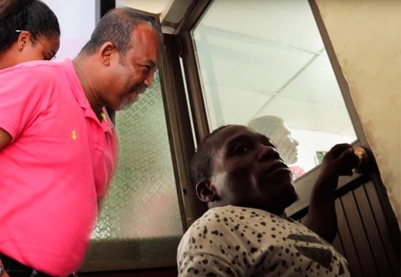 El diminuto poderoso portero que controla el despacho del alcalde de Tumaco