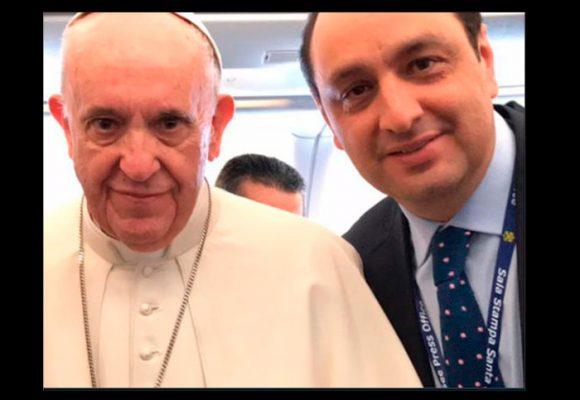 Jorge Alfredo Vargas, de Caracol TV, no dejó en paz al papa en las 12 horas de vuelo