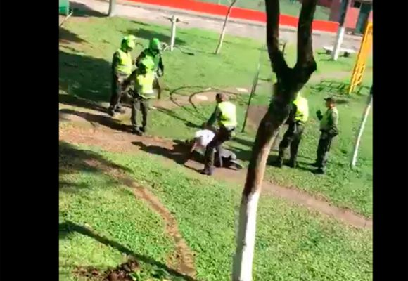 VIDEO: El bolillazo que un Policía le dio a un joven y que lo pudo matar