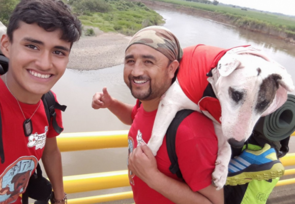 Dos animalistas y su perrita caminaron de Pasto a Bogotá para pedir un centro para animales