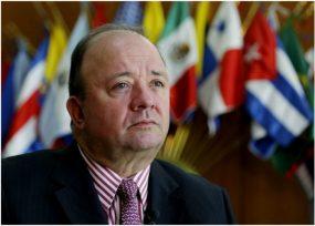 El Ministro de defensa con las maletas listas rumbo París