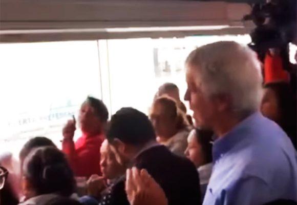 """VIDEO: """"No se ría, no sea sinvergüenza"""", le gritan a Peñalosa en Transmilenio"""