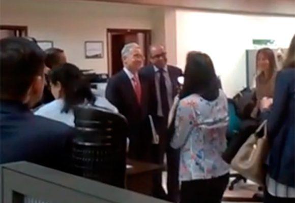 VIDEO: Con selfies recibieron al expresidente Uribe en el CNE