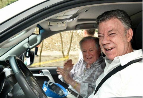 Santos tomo el timón de su Toyota con Luis Carlos Sarmiento de pasajero en la vía al Llano