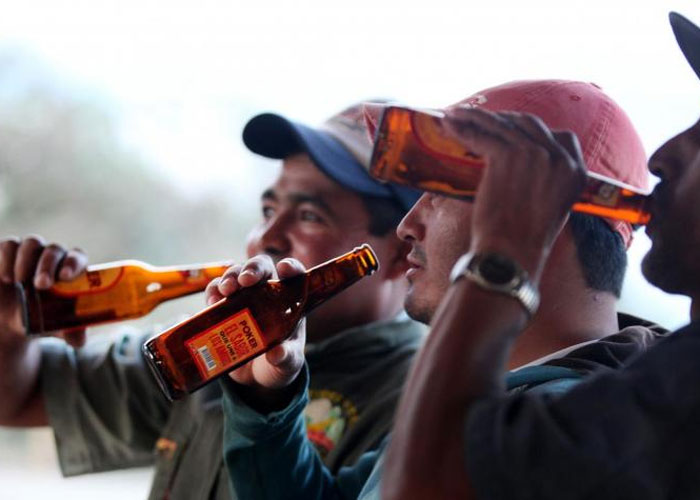 Para muchos campesinos la cerveza es la única escuela