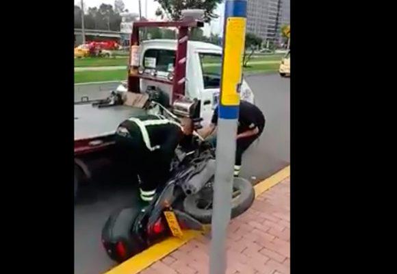 VIDEO: Grúa de Tránsito en Bogotá deja caer vehículo y se va como si nada
