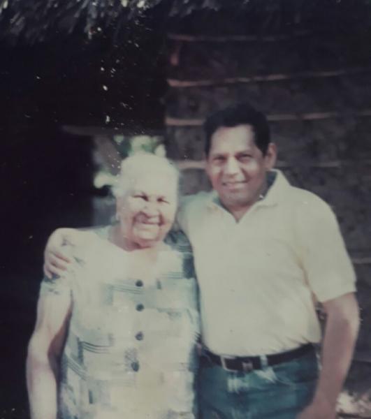 Chendo Romero Junto a su abuela en Villanueva, Guajira – Foto: Archivo personal de Rosendo Romero