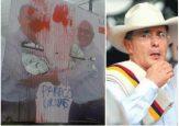 Rompen y rallan vallas de Álvaro Uribe: le escriben paraco con aerosol
