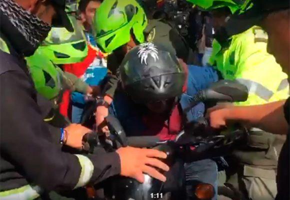 EN VIDEO: Disparos, gases, patadas y puños, Policía agrede a motociclistas en Bogotá
