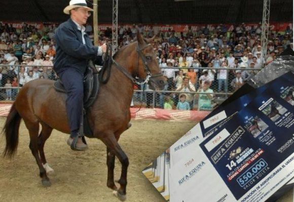 Álvaro Uribe regala 3 caballos de $240 millones para rifar