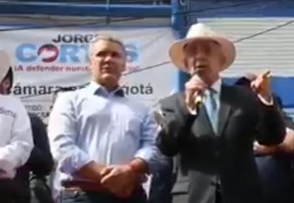 En pleno Sanandresito del sur de Bogotá, Uribe arremete contra Petro